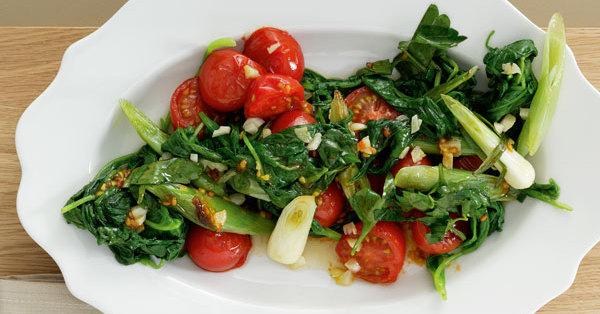Blattspinat mit Tomaten