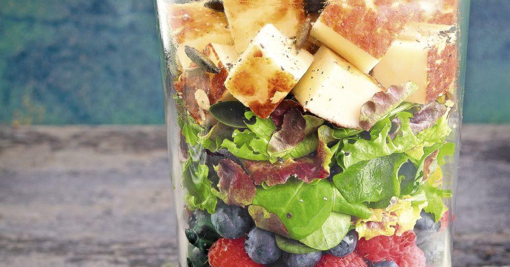 Salat mit Beeren und Halloumi im Glas