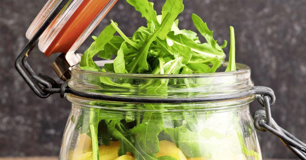 Kartoffelsalat mit Lachs und Rucola im Glas