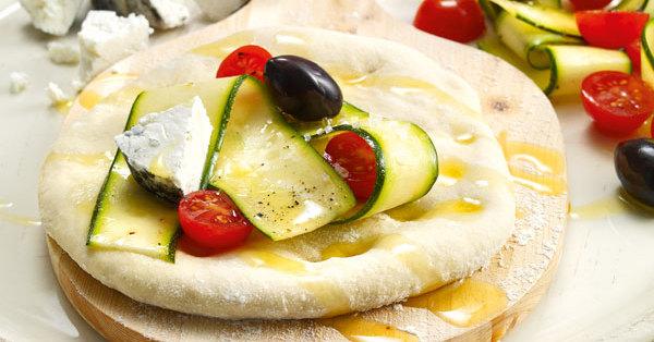 pizza mit tomaten und ziegenk se rezept k cheng tter. Black Bedroom Furniture Sets. Home Design Ideas