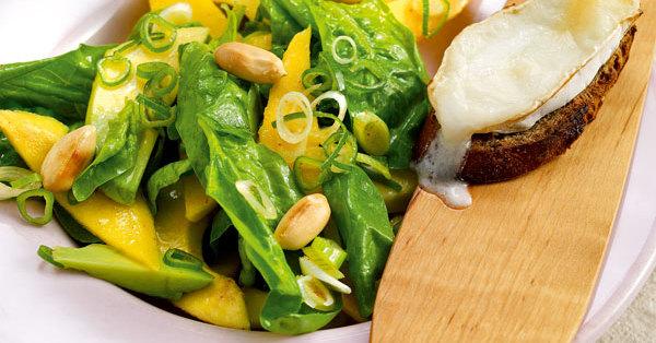 Avocado-Mango-Salat mit Käsecroûtons