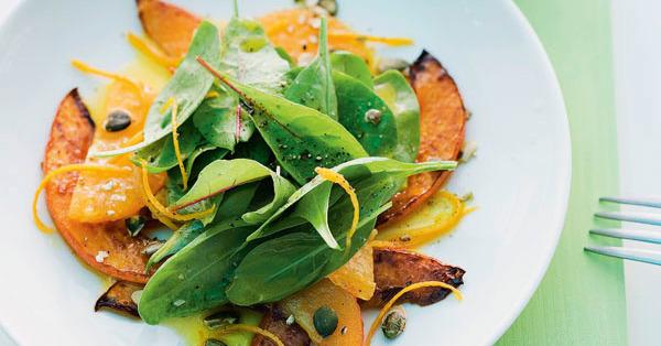 Kürbisspalten mit Orangen und Blattsalat