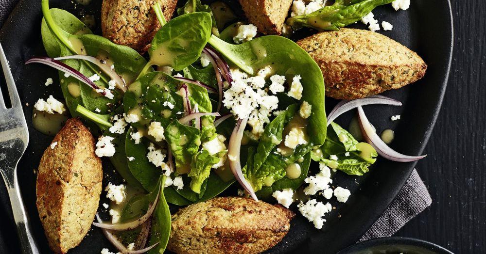 Blumenkohl-Falafeln auf Spinatsalat