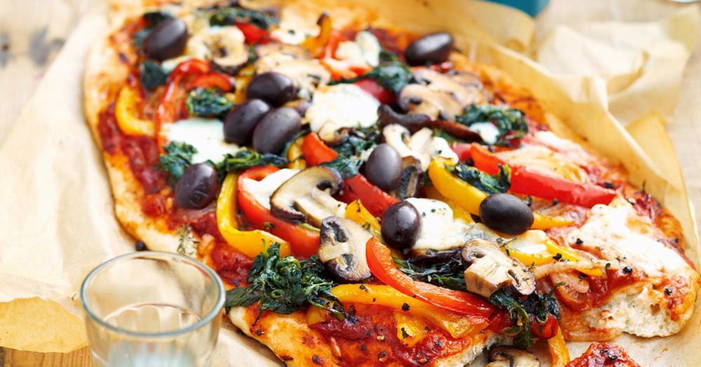 pizza mit pilzen und buntem gemuese rezept kuechengoetter