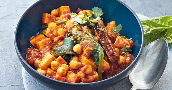 Süßkartoffelcurry mit Kichererbsen und Spinat