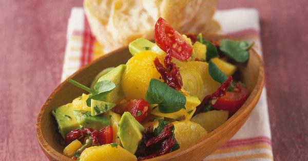 kartoffelsalat mit avocado und getrockneten tomaten rezept k cheng tter. Black Bedroom Furniture Sets. Home Design Ideas