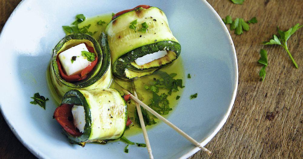 Gegrillte Zucchiniröllchen mit Feta in Olivenöl eingelegt
