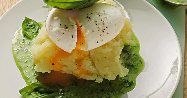 Pochierte eier in basilikumsauce rezept k cheng tter - Eier mittel kochen ...