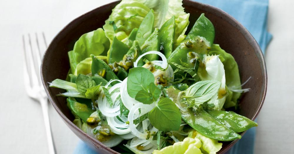 Frühlingssalat mit Zuckerschoten und Pistazien-Minz-Dressing