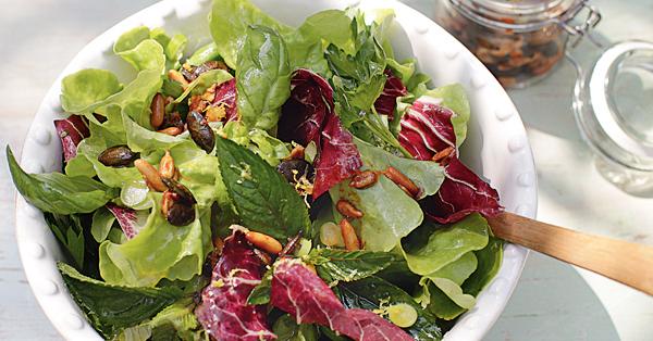Blattsalat mit Knusperkernen