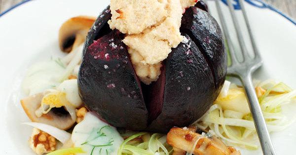 Vegane gratinierte Rote Bete auf Birnen-Pilz-Gemüse