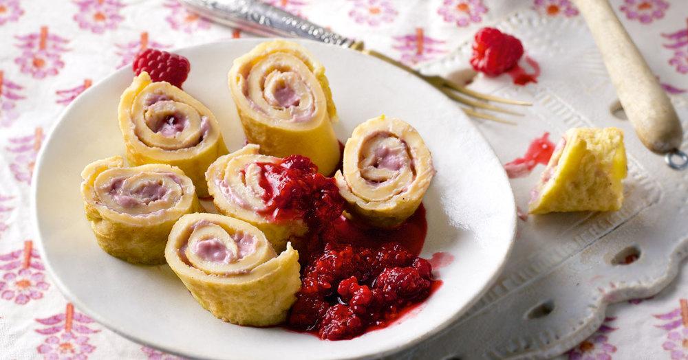 Pfannkuchenschnecken mit Himbeersauce