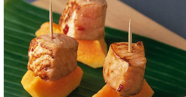 Lachswürfel im Papayaschiffchen