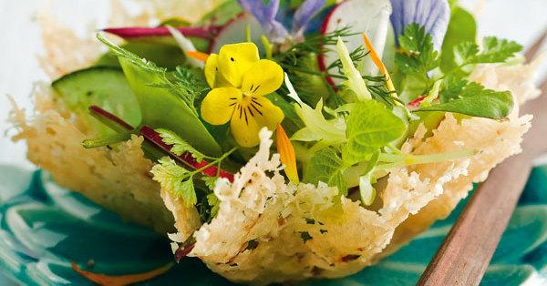Frischer Salat im Parmesankörbchen