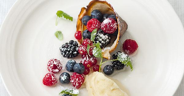 Schoko-Stanitzel mit Beeren und Apfel-Sorbet