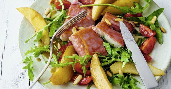 Ziegenkäse im Schinkenmantel auf Rucola-Birnen-Salat