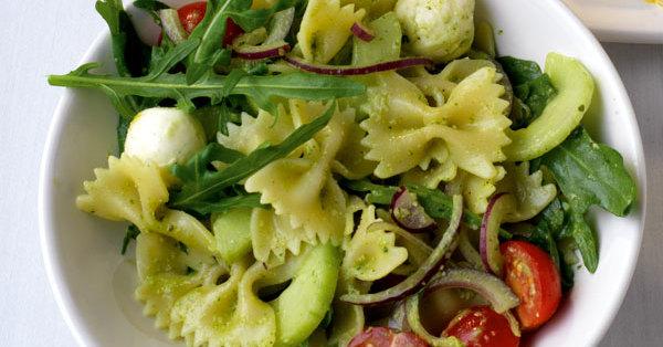Italienischer Nudelsalat mit grünem Pesto