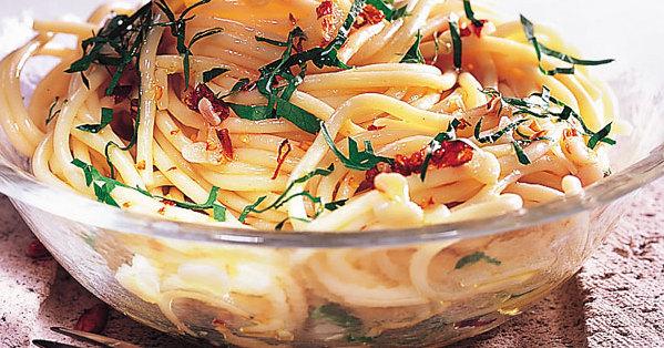 spaghetti mit knoblauch l und peperoncino rezept k cheng tter. Black Bedroom Furniture Sets. Home Design Ideas