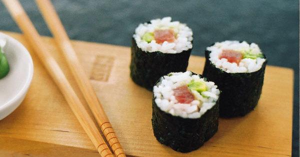sushi mit avocado und tunfisch rezept k cheng tter. Black Bedroom Furniture Sets. Home Design Ideas