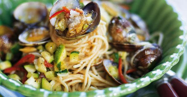 spaghetti mit muscheln und zucchini rezept k cheng tter. Black Bedroom Furniture Sets. Home Design Ideas