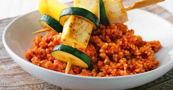 Schneller Tomaten-Bulgur mit Tofuspießen