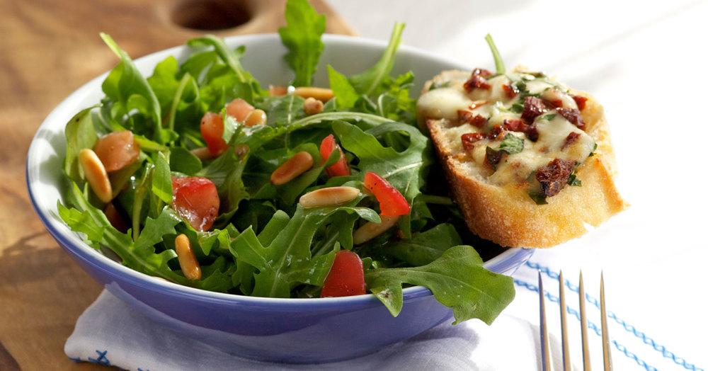 rucolasalat mit tomaten crostini rezept k cheng tter. Black Bedroom Furniture Sets. Home Design Ideas