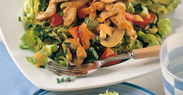 Gemischter Salat mit gebratenem Huhn