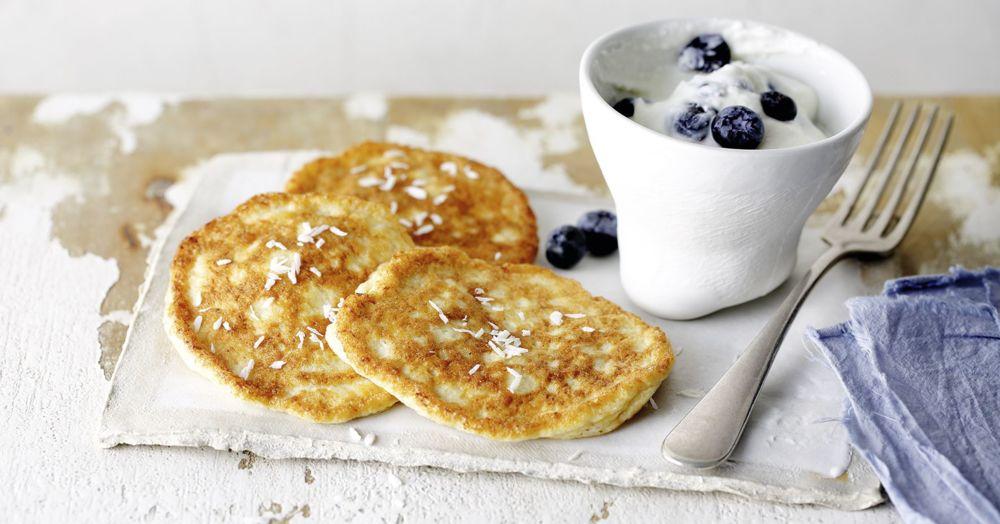 Keto Kokos-Pancakes mit Heidelbeerjoghurt