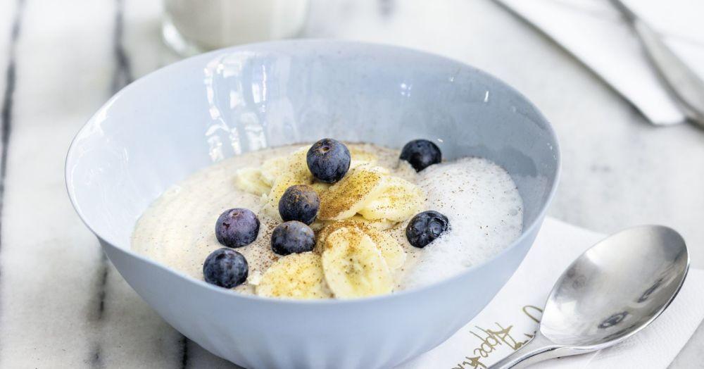 Rohe Buchweizen-Nuss-Porridge-Bowl mit Banane und Beeren – Raw Food