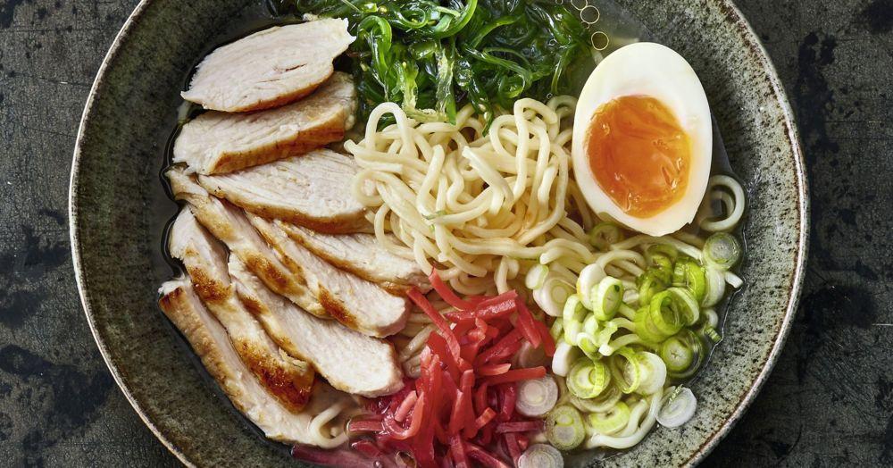 Ramen tavuk göğsü, wakame ve zencefil ile