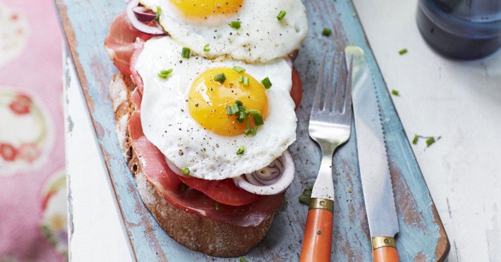Spiegelei-Brot mit Tomate und Speck