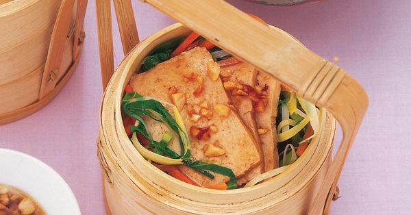 Gedämpfter Tofu auf Gemüse