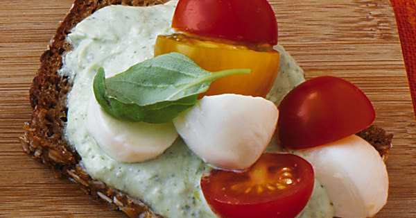 Tomatenbrot mit Basilikumcreme