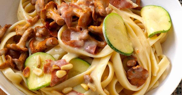 Zucchini und Pfifferlinge mit Bandnudeln