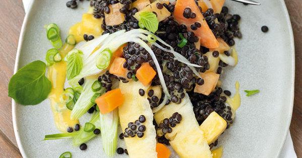 Salat aus Belugalinsen und Früchten mit Limetten-Mayonnaise