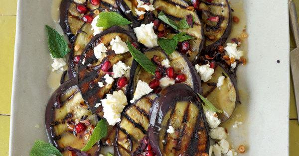 Gegrillte Auberginen mit Schafskäse und Granatapfel
