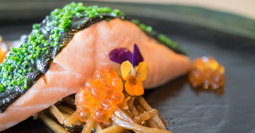 Confierter Lachs mit Nori-Sauce, Teriyaki-Schwarzwurzeln und Ikura