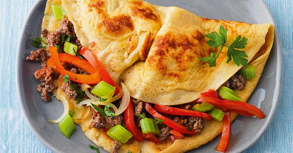 Gefüllte Omeletts mit Hackfleisch und Gemüse