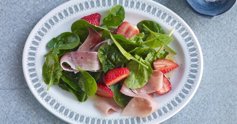 Spinatsalat mit Erdbeeren und Schinken