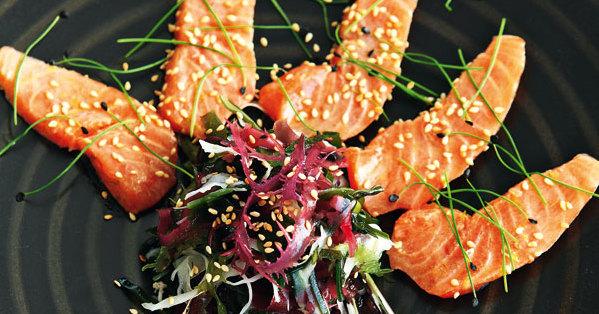 sashimi von lachs mit algensalat rezept k cheng tter. Black Bedroom Furniture Sets. Home Design Ideas