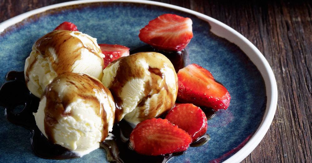 Mascarpone-Eis mit Erdbeeren und Balsamico-Sirup