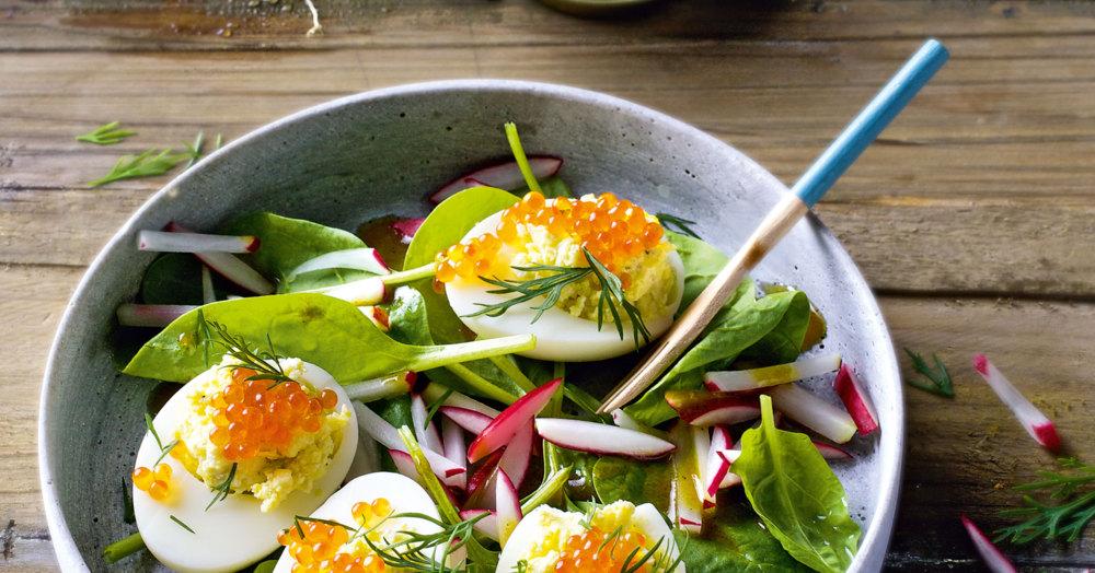 Gefüllte Eier auf Spinatsalat
