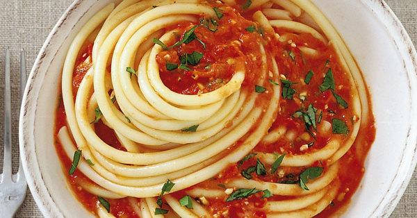 Tomaten-Pinienkern-Sauce mit Knoblauch