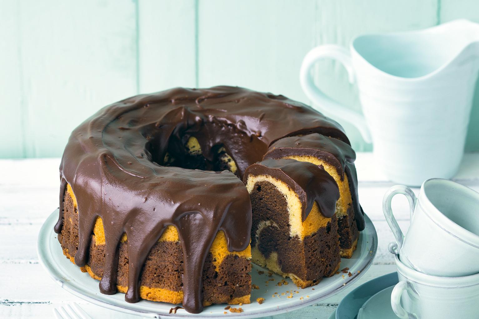 Marmorkuchen mit cremigem Schokoguss