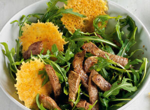 Rucola-Filet-Salat mit Parmesan-Chips