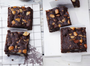 Apfel-Macadamia-Brownies