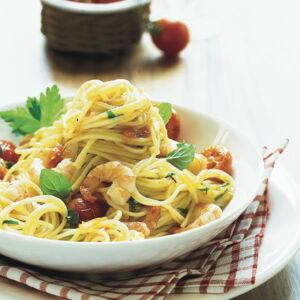 spaghetti mit shrimps und tomaten rezept k cheng tter. Black Bedroom Furniture Sets. Home Design Ideas
