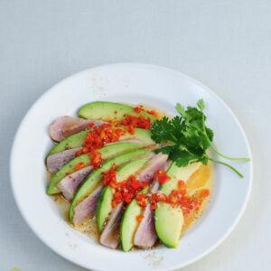 rezept f r thunfisch in pfefferkruste mit avocado gurken salat k cheng tter. Black Bedroom Furniture Sets. Home Design Ideas