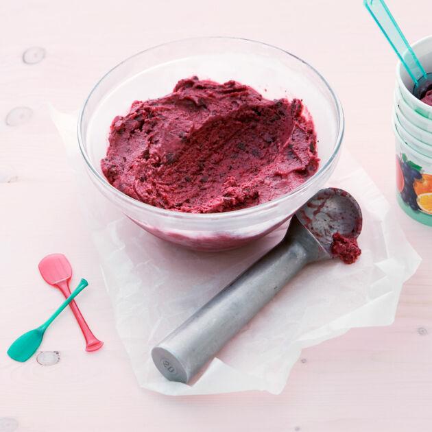 beeren joghurt eis mit schokolade rezept k cheng tter. Black Bedroom Furniture Sets. Home Design Ideas