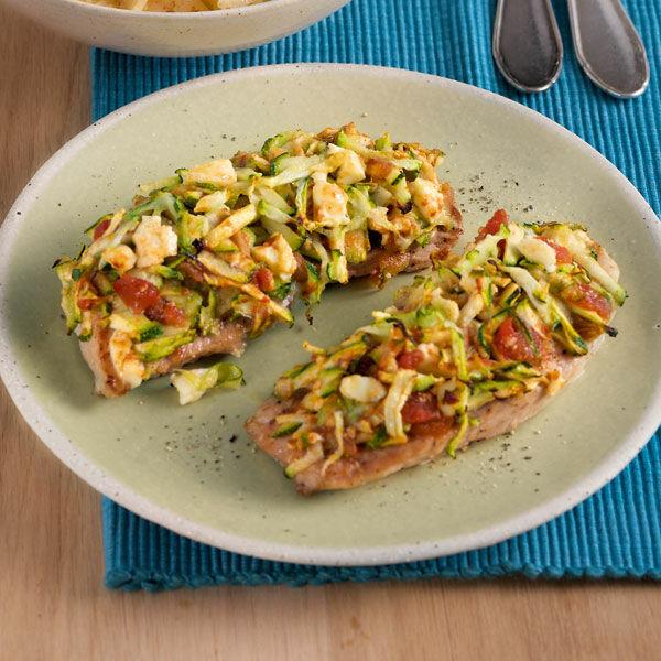Schnitzel unter Feta-Zucchini-Haube Rezept | Küchengötter